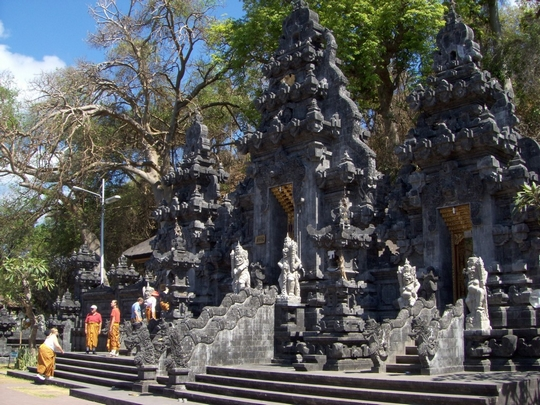 Bat-Cave-temple-at-beautiful-look-in-Klungkung-regency-Bali-island-Bali-Hello-Travel-13-1024x768